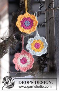 Paasslinger van gehaakte bloemen